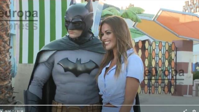 Lara Álvarez asiste a la Summer Party y conoce a Batman, su superhéroe favorito