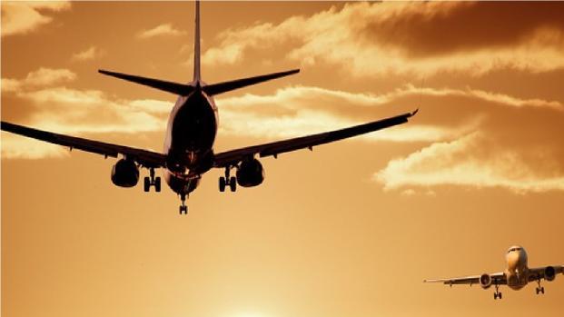 Rapaport blocca un passeggero che stava aprendo il portellone dell'aereo