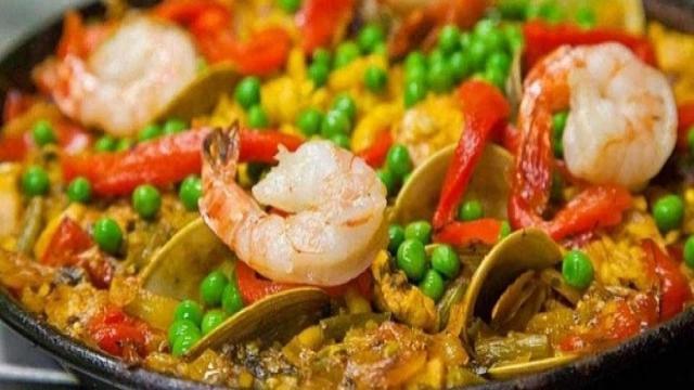Cucina, ricette: la paella di pesce con cozze, calamari e gamberetti