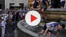 Roma, tifosi francesi assaltano la fontana di Campo de' Fiori