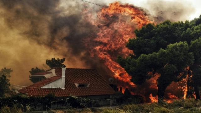 Al menos 70 muertos y 186 heridos por incendios en Grecia