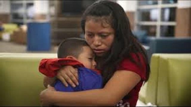 VIDEO:Mil familias de inmigrantes reunificadas tienen orden de deportación