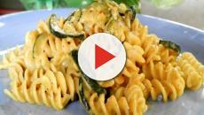 Pasta con zucchine, zafferano e curry, una ricetta per l'estate