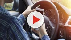 Uso dello smartphone mentre si guida: ministro Toninelli propone ritiro patente