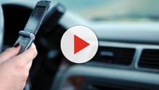 Toninelli: 'Si valuta il ritiro della patente per chi guida usando il cellulare'