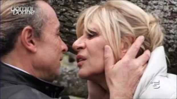 'Uomini e donne' Gemma cerca di baciare Rocco ma lui la repsinge