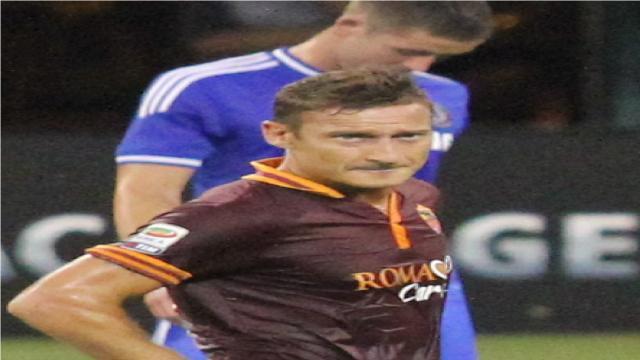 Cristian Totti e il fairplay: non segna e soccorre il portiere dopo uno scontro