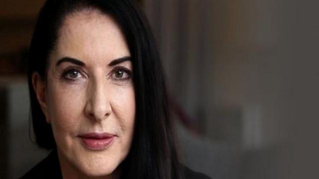 Aggredita Marina Abramovic a Firenze: un artista l'ha colpita con un telo