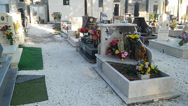 Cimitero Lecce: scoppia una bara, la puzza mette in fuga i parenti dei defunti