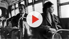 Costretto a sedere in fondo all'autobus perché di colore, il post diventa virale