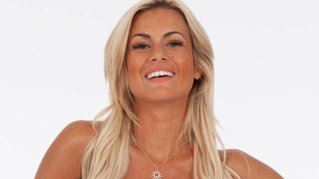 Carla Moreau accusée de ne pas porter les vêtements de ses placements de produit
