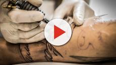 Traffik si tatua il suo nome sul petto in diretta Instagram ma manca una lettera