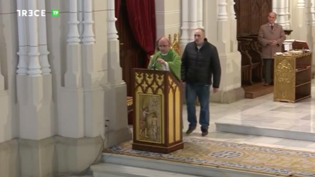 Un espontáneo irrumpe en directo en la misa de Trece TV