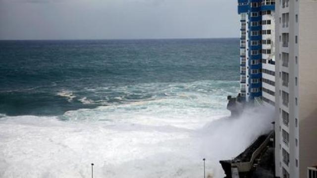 Mareggiata a Tenerife, onda si abbatte su un palazzo e spazza via i balconi