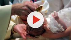 Bebê escorrega da mão de padre e cai durante batismo nos EUA
