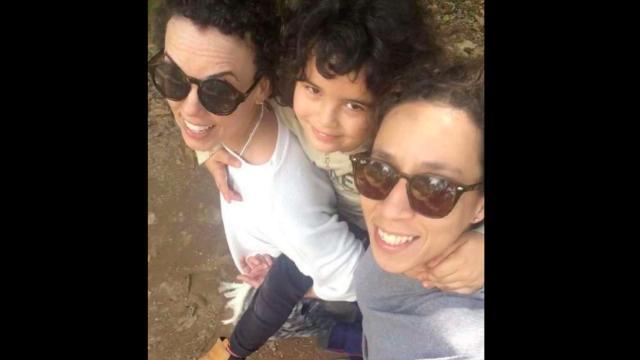 Thalita Carauta posta a primeira foto com a namorada e o filho