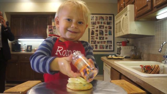Cozinheiro de apenas 2 anos de idade faz sucesso na internet