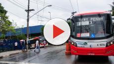 No Rio de Janeiro, onibus descontrolado invade agência bancária