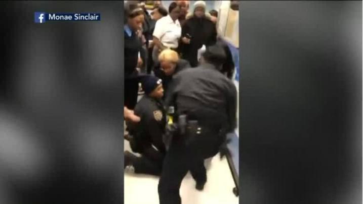 Policiais de NY retiram bebê do colo da mãe usando a força
