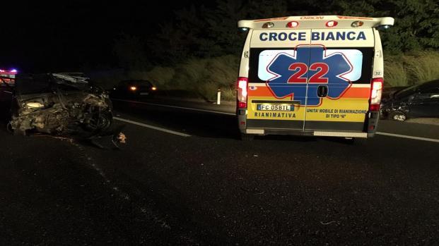 Reggio Calabria, frontale tra autobus e auto sulla A2: morti marito e moglie