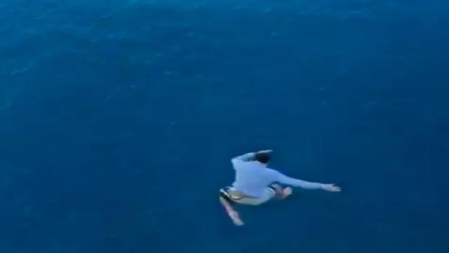 Ragazzo si butta dalla nave da crociera, un volo di oltre 30 metri