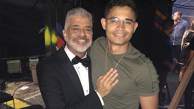 Lulu Santos aceita pedido de casamento no palco