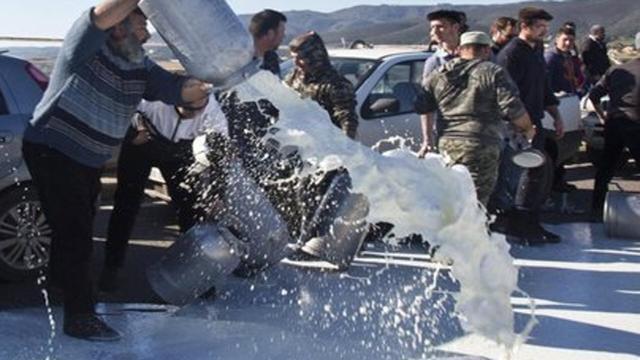 Sardegna, continua la protesta del latte da parte dei pastori