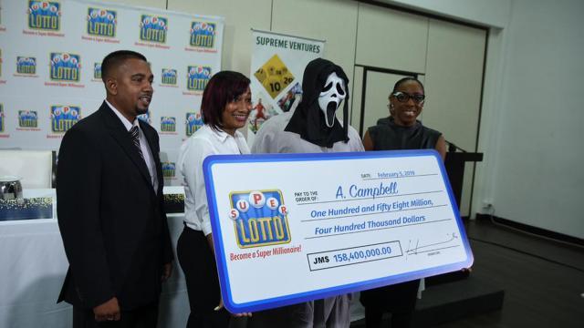 Vencedor da loteria vai fantasiado buscar o prêmio para não ser reconhecido