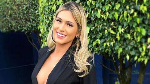 Livia Andrade posa ousada para reclamar do Instagram: 'ninguém lê a legenda'