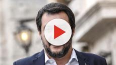 Si finge fan di Salvini per chiedergli un selfie, ma poi lo sfotte