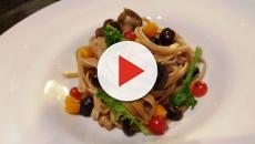 Procedimento per gli spaghetti di farro al ragù di tofu, porri e uvetta