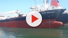 Bari, il mercantile Efe Murat arenato per il maltempo: arrivano aiuti anche da Brindisi