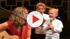 Menina de 5 anos se emociona ao cantar ao lado de Vitor Kley