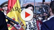 Entrega la bandera nacional al Regimiento Nápoles 4º de paracaidistas por la reina Letizia