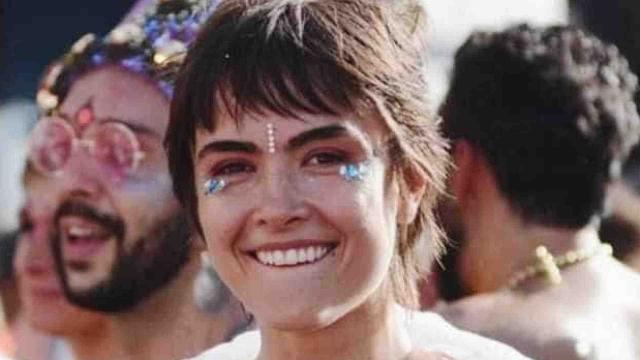 Maria Casadevall explica o 'Ele Não' no topless no Carnaval