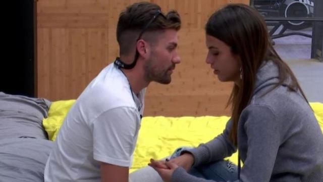 Sofia sorprende a todos dándole un beso en el cuello a Alejandro