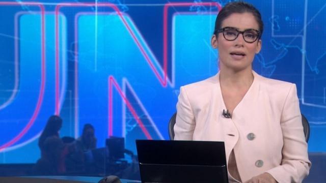 Blusa de Renata Vasconcellos abre ao vivo e jornalista quase mostra demais