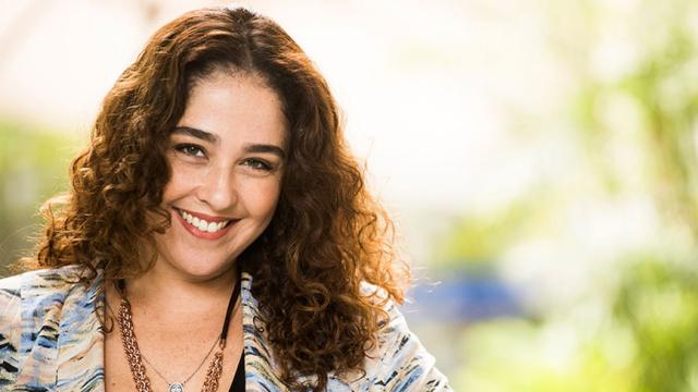 Debora Lamm comemora no palco dez anos de casamento com atriz Inez Viana