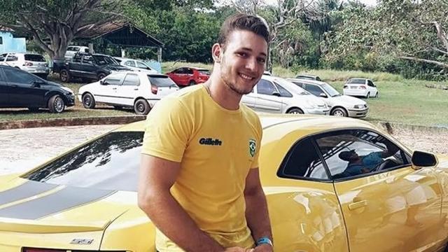 Cantor sertanejo morre ao colidir sua moto de frente com caminhão no MS