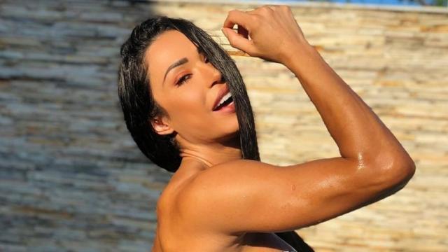 Gracyanne Barbosa mostra flexibilidade durante poledance