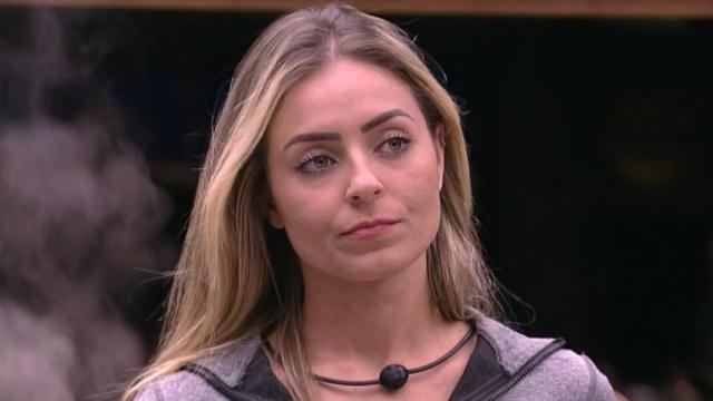 Vídeo mostra Paula recebendo notícia sobre processo judicial: 'A polícia tá atrás de você'