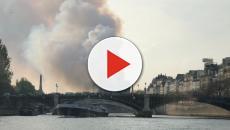 Parigi: Turisti si scattano selfie con alle spalle la Cattedrale in frantumi