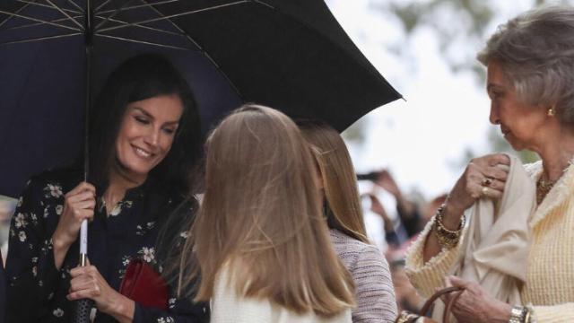 Los tuiteros se indignan por el mal gesto de Letizia a la reina Sofía en la misa de Pascua