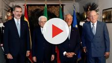 Cantan el himno de España con la letra de Pemán, ante el rey Felipe y su padre en Italia