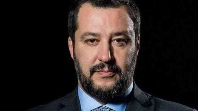 Matteo Salvini, altro selfie-beffa: un ragazzo cerca di baciarlo