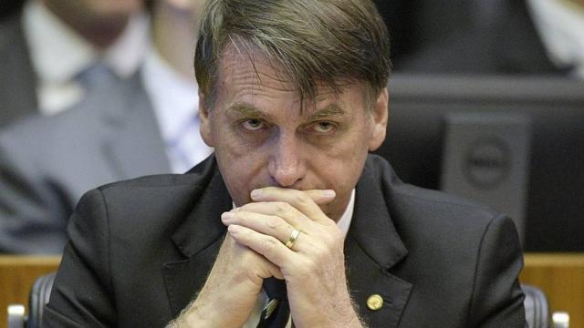 Jair Bolsonaro reconhece erros e afirma que governo pode ter tsunami semana que vem