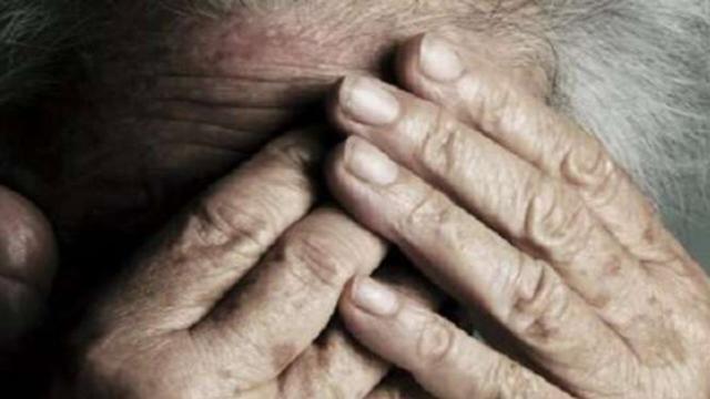 Roma, 5 rom entrano in casa sua per derubarla e la spintonano: muore donna di 89 anni