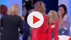 'Uomini e Donne': il pubblico contro Tina che tira un secchio d'acqua a Gemma