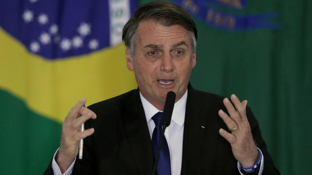 Bolsonaro diz estudantes e professores que protestam não sabem a fórmula da água