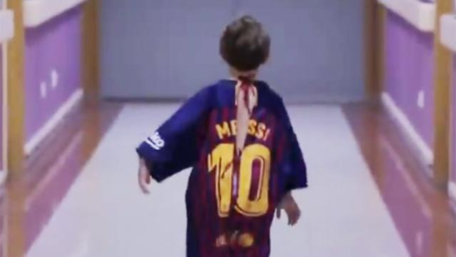 da2044075 Projeto na Espanha faz sucesso com bata hospitalar infantil que imita camisa  de futebol